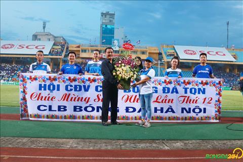 Chu tich Nguyen Quoc Hoi thay mat CLB Ha Noi nhan loi chuc mung cua Hoi CDV Than Quang Ninh.
