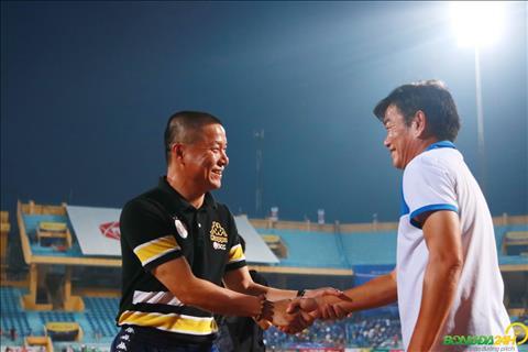 HLV Chu Dinh Nghiem bat tay voi HLV Phan Thanh Hung ngay truoc gio bong lan.