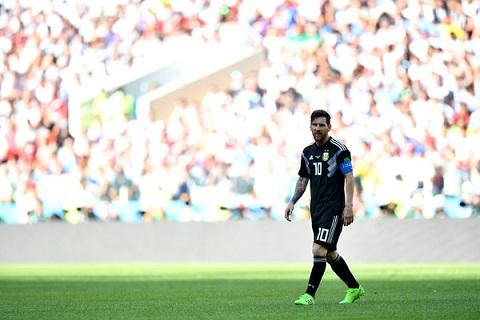Messi lac long giua hang cong Argentina