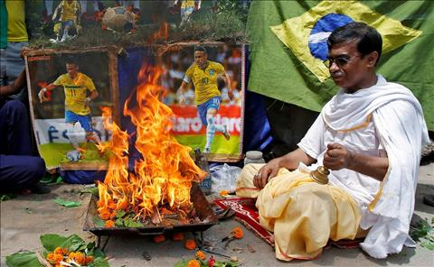Mot CDV thuc hien havan (nghi le lua cua nguoi Hindu) de cau chuc cho DT Brazil tai Kolkata, An Do.