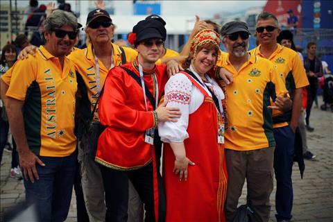 Mot nhom CDV Australia chup anh ky niem tai khu Fan Fest o Kaliningrad, Nga.