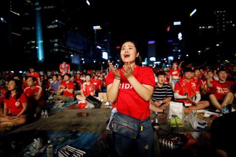 Tam trang tiec nuoi cua mot CDV nu khi chung kien doi tuyen bai tran tai Seoul, Han Quoc.