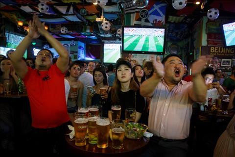 Nguoi ham mo trong mot quan bar co vu cho tran dau Nga vs Saudi Arabia tai Bac Kinh, Trung Quoc.