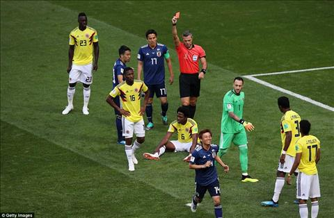 Chiec the do cua Carlos Sanchez khien DT Colombia phai choi thieu nguoi ngay tu phut thu 3.