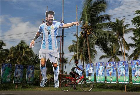 Mot doan duong voi hinh anh Lionel Messi va cac cau thu DT Argentina tao Kochi, An Do.