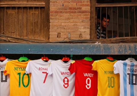 Ao dau cua cac doi tuyen du World Cup duoc ban o Bhaktapur, Nepal.