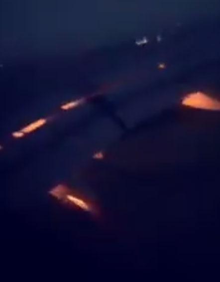 Máy bay chở tuyển Saudi Arabia phụt lửa trên trời hình ảnh