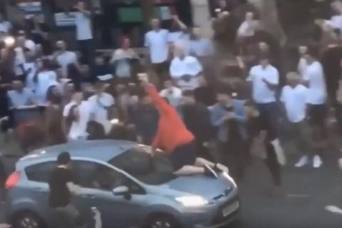 Thắng Tunisia, CĐV Anh ăn mừng bằng cách nhảy lên nắp ô tô hình ảnh