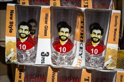 Mohamed Salah duoc in tren nhung vat pham mua World Cup 2018.