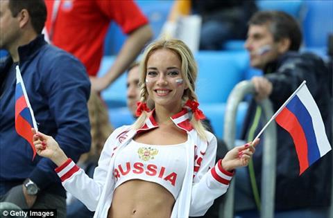 CĐV xinh đẹp hâm nóng khán đài trong ngày ĐT Nga có chiến thắng hình ảnh