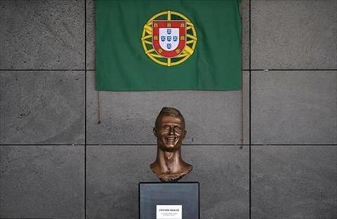 Sân bay quê nhà thay tượng ngôi sao Ronaldo hình ảnh