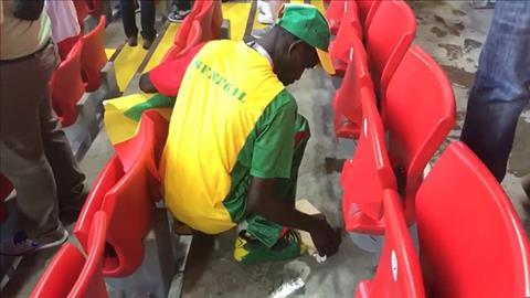 Cổ động viên Senegal được tán dương vì hành động dọn rác trên SVĐ hình ảnh