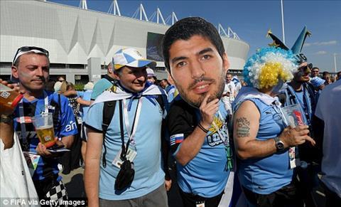 Mot CDV khac toi san voi chiec mat na Luis Suarez.