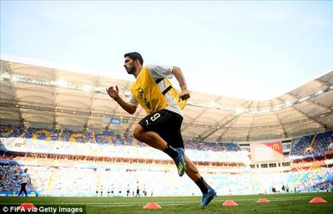 Luis Suarez khoi dong truoc tran dau thu 100 cho DT Uruguay.