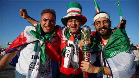 Nhieu CDV con mang theo ca... cup vang voi hy vong Iran co the vo dich World Cup 2018, biet dau day.