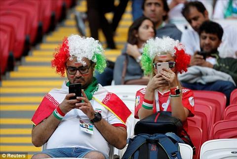Hai CDV Iran den som tranh thu xem tin tuc qua dien thoai.