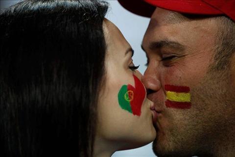 Chùm ảnh Những nụ hôn World Cup 2018 trên khán đài hình ảnh