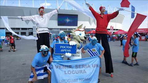 CDV Uruguay chup anh luu niem cung linh vat World Cup 2018.