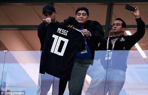 Chinh Maradona truoc tran cung gay an tuong khi giuong cao ao dau cua Messi.