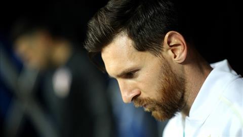 Lionel Messi cui gam mat chan chuong trong ngay Argentina thua tham Croatia.