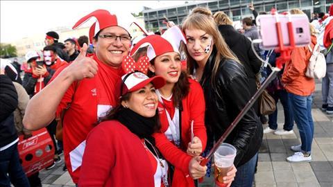 Nhom CDV Peru tranh thu selfie truoc khi vao san.