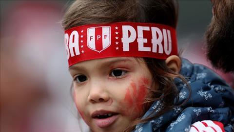 Cac em be Peru xuat hien tren khan dai mang den mot mau sac khac biet cho san Ekateriburg Arena.
