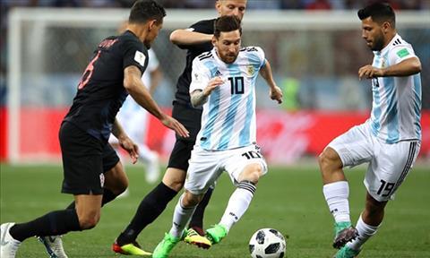 Messi bi deo bam rat rat. Anh: FIFA.