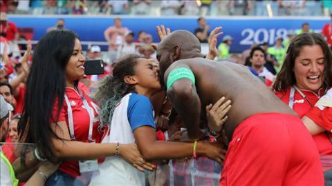 Cau thu ghi ban dau tien cho DT Panama tai World Cup, Filipe Baloy chay ra hon con gai sau khi tran dau ket thuc du DT Panama roi World Cup.