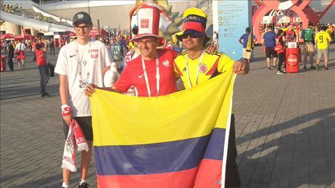 CDV Ba Lan va Colombia chup anh luu niem cung nhau truoc tran dau.
