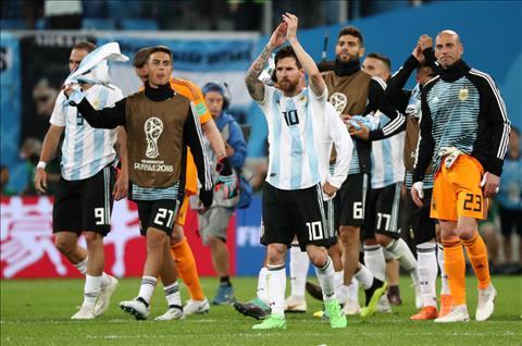Con voi Argentina, ho co 4 diem sau khi gianh chien thang truoc Nigeria, qua do dung nhi bang. Doi bong chau Phi thua tran nen chi co 3 diem. Ket qua nay giup Argentina lot vao vong dau loai truc tiep voi tu cach doi nhi bang D va se gap Phap tai von