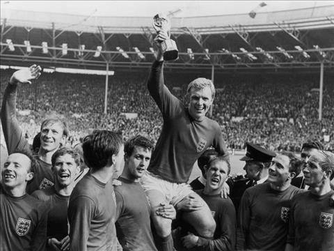 Bobby Moore cung dong doi an mung chien thang doi Duc vao World Cup nam 1966. Anh: Getty.