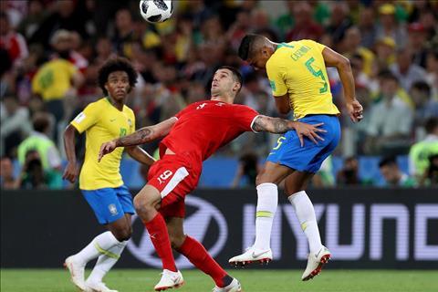 Serbia vs Brazil Casemiro tranh bong