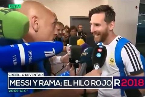 Messi khoe lá bùa may mắn sau trận thắng Nigeria hình ảnh