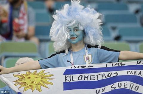 Tu dau giai, cac CDV Uruguay luon gay an tuong voi hinh anh hoa trang cau ky.