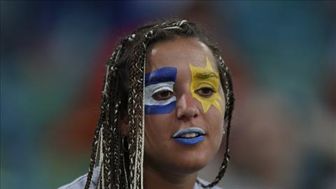 Khuon mat hoa trang cua mot nu CDV Uruguay.