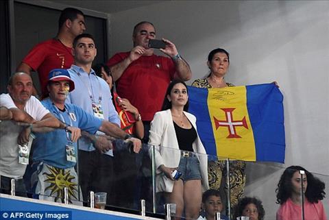 Me, vo va con trai Cristiano Ronaldo cung xuat hien tren khan dai.