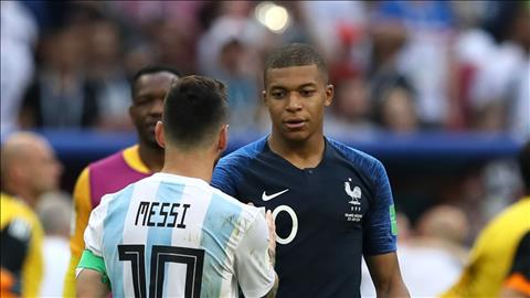 Lionel Messi bat tay voi tai nang tre Kylian Mbappe sau tran.