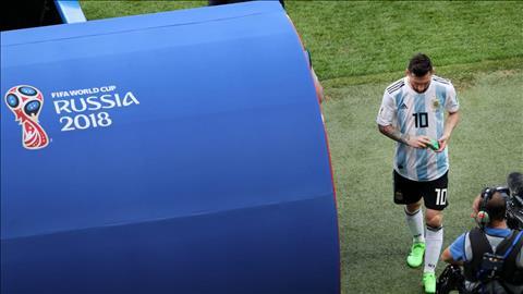 Sau do, Messi lam lui buoc vao duong ham va nhieu nguoi cho rang anh se noi loi chia tay DT Argentina sau giai dau.