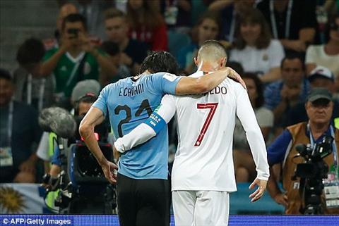 Du bai tran nhung Cristiano Ronaldo de lai hinh anh dep khi diu Cavani ra ngoai san khi cau thu ben phia Uruguay chan thuong.