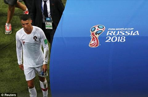 Cristiano Ronaldo roi World Cup 2018 trong noi that vong khi lam lui tien vao duong ham.