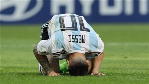 Sau khi Argentina thua Phap, Lionel Messi guc xuong san vi that vong.
