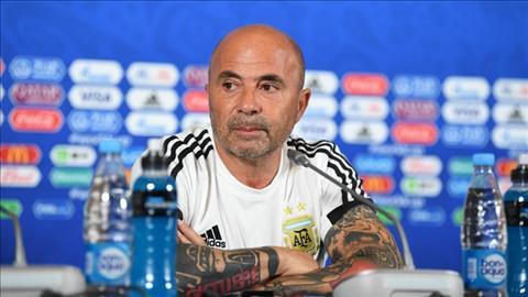 Jorge Sampaoli khong tu chuc du DT Argentina bi loai khoi World Cup 2018.