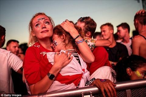 CĐV tuyển Anh khóc ngất sau thất bại trước Croatia hình ảnh