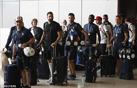 Nha vo dich World Cup 2018 cho doi trong khi lam thu tuc len may bay.