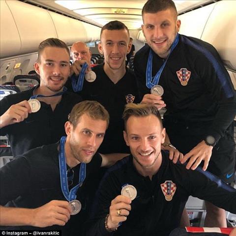 Cac cau thu DT Croatia khoe huy chuong bac tren may bay.