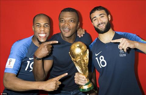 Djibril Sidibe va Nabil Fekir chup anh cung Marcel Desailly (giua) - nha vo dich World Cup 1998.