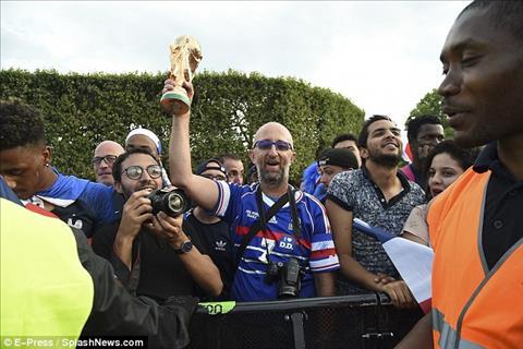Nhieu nguoi con mang nhung chiec cup vang den de chao don nhung nha vo dich World Cup 2018.