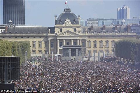 Trong khi do o Paris, bien nguoi tap trung de chao don nhung nguoi hung tro ve.