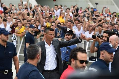 Rat nhieu CDV Juventus chao don su xuat hien cua Ronaldo.