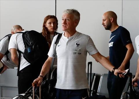 HLV Didier Deschamps cung cac hoc tro lam thu tuc truoc khi len may bay.